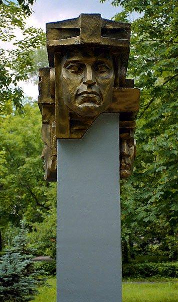 Монумент стоит в парке города липецка